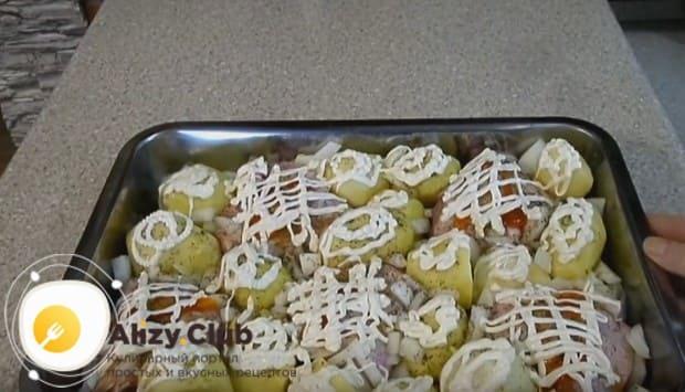 Делаем на поверхности блюда сеточку из майонеза.
