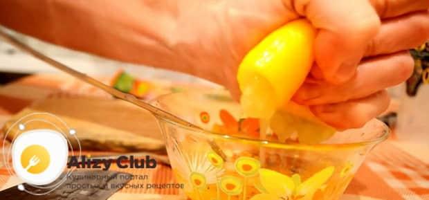 Для приготовления куриных крылышках в медово горчичном соусе добавьте лимонный сок