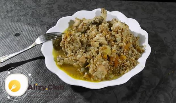 Для приготовления куриных крылышек с гречкой в мультиварке, подготовьте ингредиенты