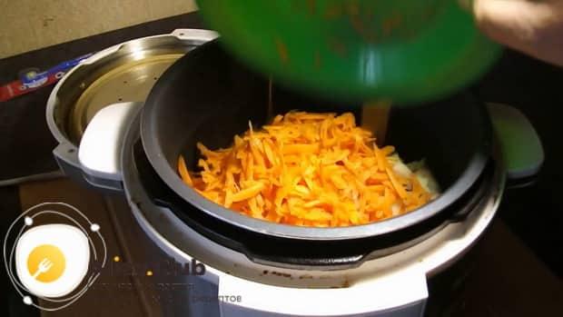 Для приготовления куриных крылышек с гречкой в мультиварке, подготовьте зажарку