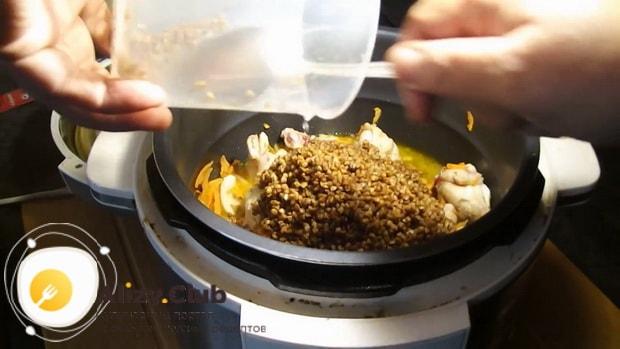Для приготовления куриных крылышек с гречкой в мультиварке, соедините ингредиенты
