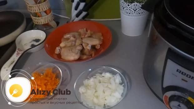 Для приготовления куриных крылышки с рисом в мультиварке нарежьте овощи