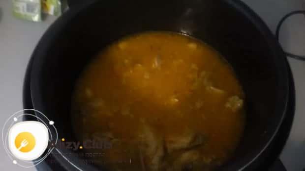 Для приготовления куриных крылышки с рисом в мультиварке добавьте воду