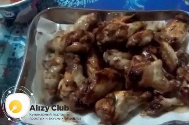 Для приготовления куриных крылышек в томатном соусе на сковороде. подготовьте ингрединты