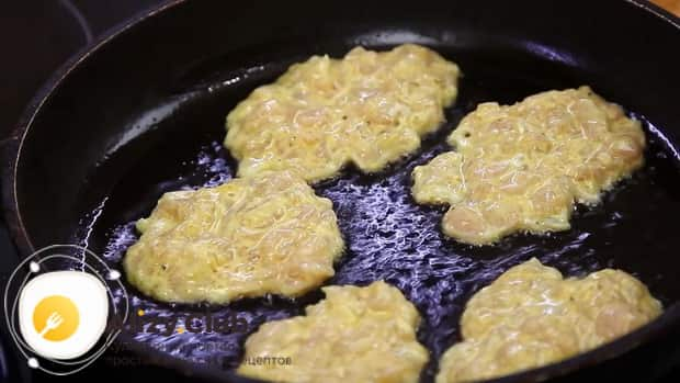 Для приготовления оладий из куриного фарша, обжарьте тесто