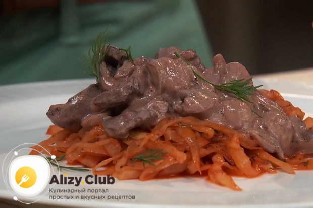 Видео рецепта приготовления куриных сердечек в сметане на сковороде
