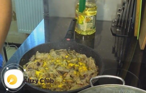 Чтобы блюдо выглядело более аппетитно, добавляем куркуму.