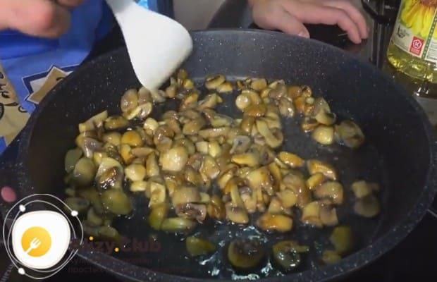На сковороду выкладываем грибы и обжариваем до румяности.