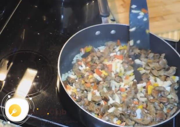 Перемешиваем компоненты блюда.