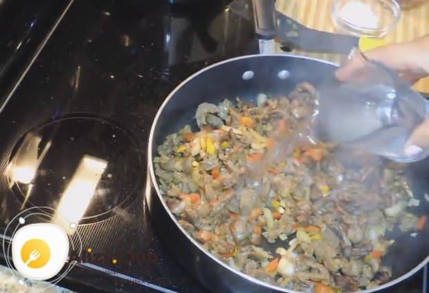 Добавляем на сковороду воду, чтобы ингредиенты блюда хорошо протушились.