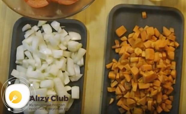 Кроме помидора, измельчаем также морковь и лук.