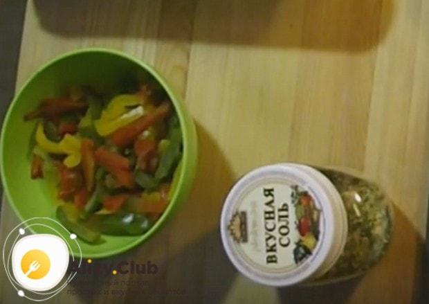 Соломкой режем разноцветный болгарский перец.
