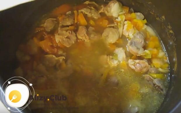 Куриные желудки, тушеные в мультиварке по такому рецепту, отлично дополнят любой гарнир.