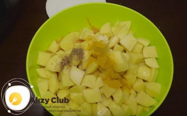 Все нарезанные ингредиенты складываем в глубокую миску, добавляем соль, специи и перемешиваем.