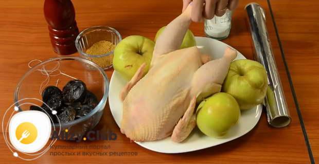 Курица с яблоками и черносливом в духовке