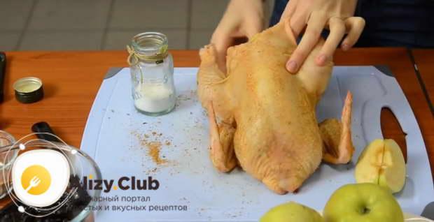 Натрите курицу снаружи и изнутри смесью 1 ч. л. соли