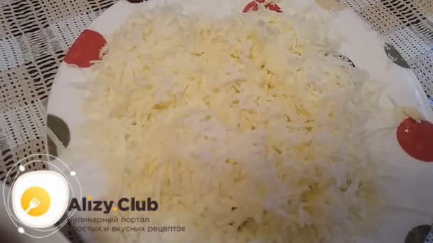 Для приготовления курицы с картошкой в духовке с майонезом, натрите сыр