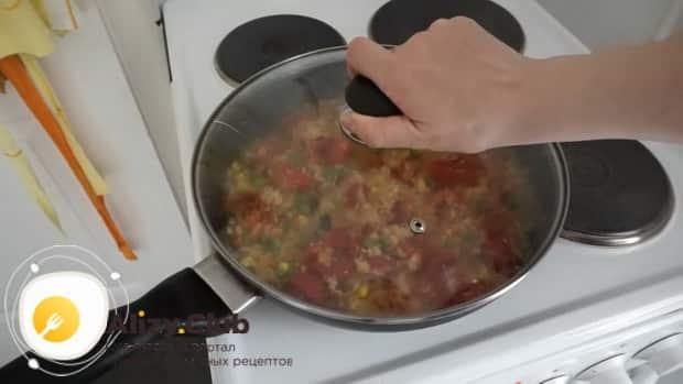 Для приготовления гарнира к куриным котлетам, протушите ингредиенты
