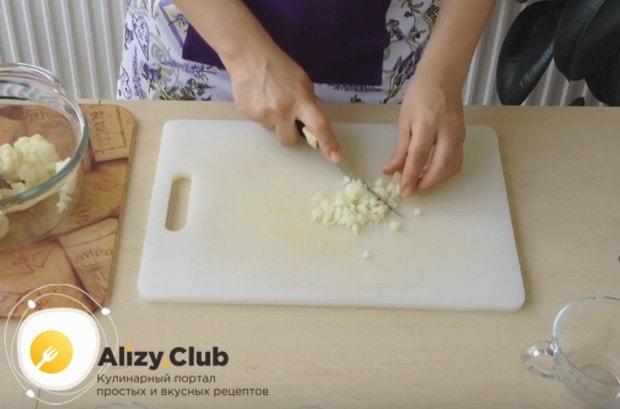 Как можно мельче нарезаем остывшую цветную капусту.