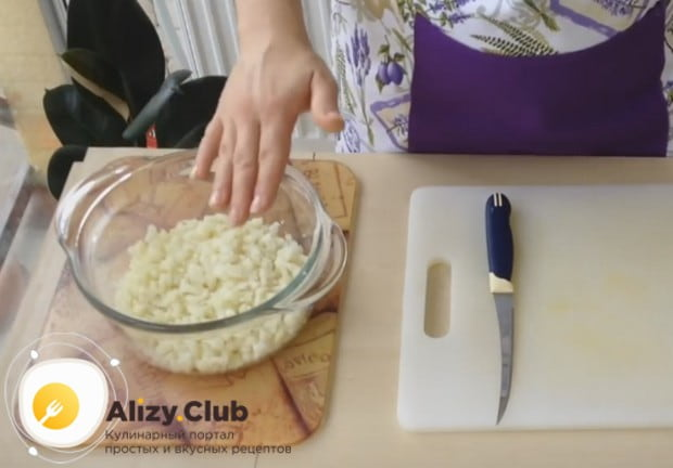 Выкладываем капусту в глубокую миску.