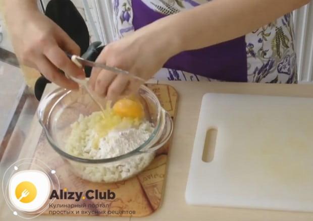 Добавляем к капустной массе яйцо и муку.