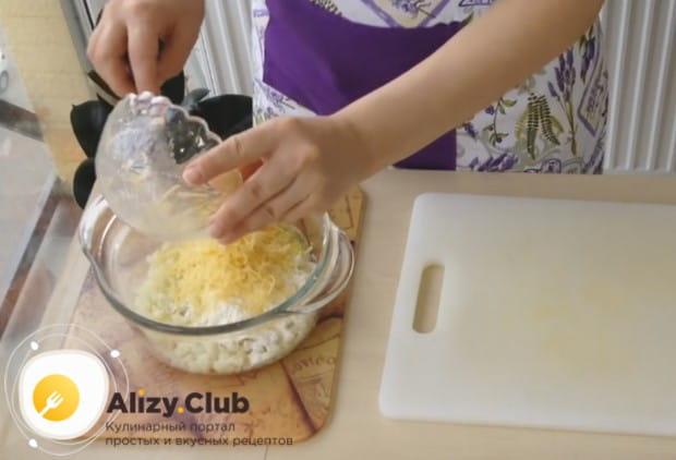 натираем на терке сыр и тоже выкладываем его в капустную массу.