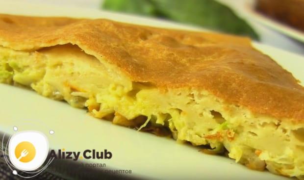 Ленивый капустный пирог в духовке готовится минут 40.