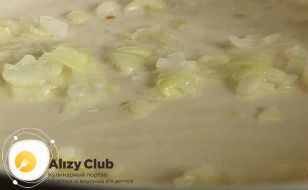 Обжариваем на сковороде лук до прозрачности.