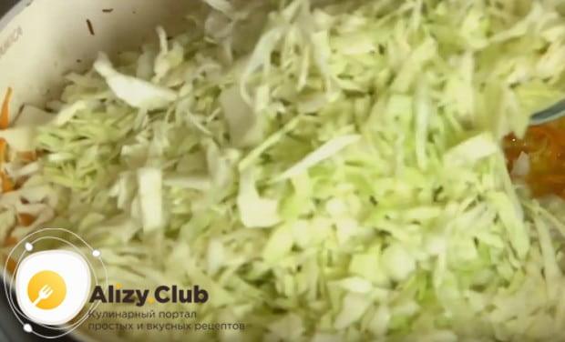 выкладываем на сковороду капусту, перемешиваем.