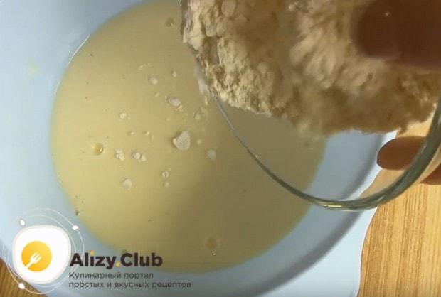 перемешиваем яйца с кефиром и добавляем в эту смесь муку.