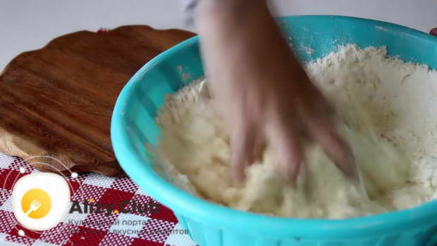Постепенно вливаем жидкую смесь и замешиваем мягкое тесто
