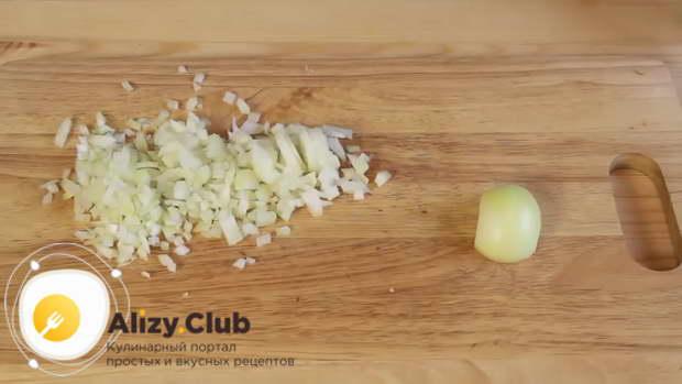 Очищаем и нарезаем кубиком 2 репчатые луковицы