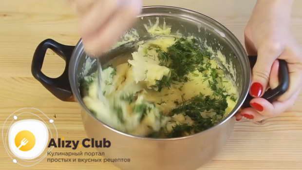 Добавляем в картофельное пюре жареный лук и измельчённый укроп