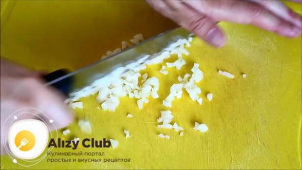 Очищаем от шелухи и мелко шинкуем 8-9 зубчиков чеснока