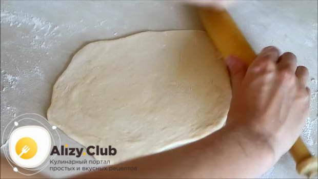 Тесто разделяем на 8-9 равных частей и раскатываем каждую из них в лепёшку