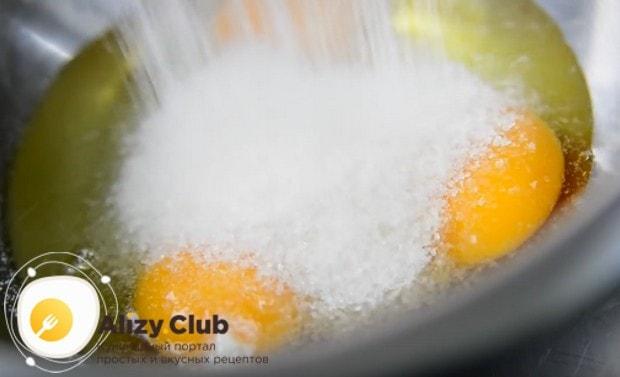 В миске соединяем яйца с сахаром.