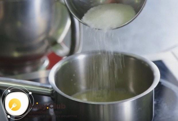 В кастрюльке соединяем сок лимона с сахаром и нагреваем.