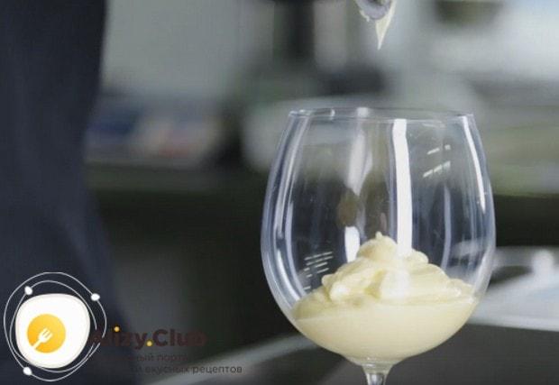 Выкладываем крем в красивый бокал или креманку.