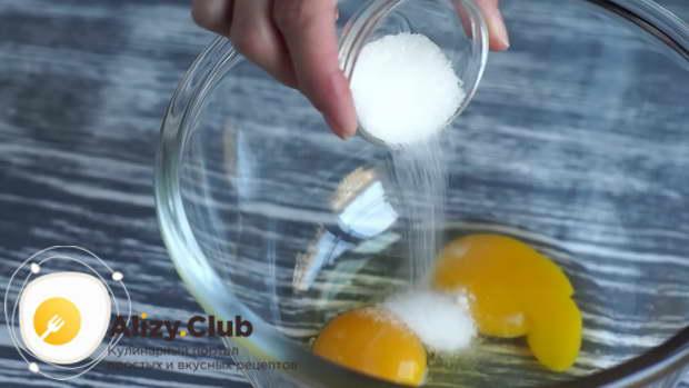 В другую ёмкость разбиваем два яйца и высыпаем к ним 10 г ванильного сахара