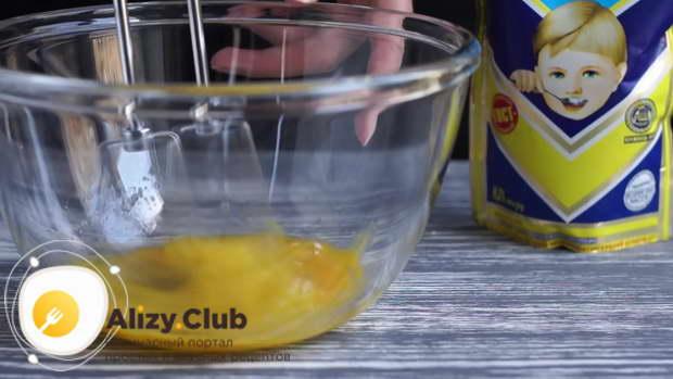 Яйца начинаем взбивать миксером