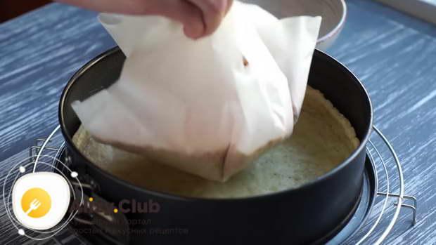 По истечении времени достаём тесто из духовки