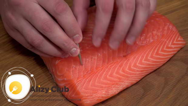 Из филе лосося извлекаем все косточки