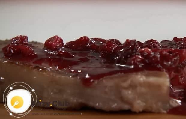 По рецепту для приготовления простого соуса для мяса, уварите ингредиенты
