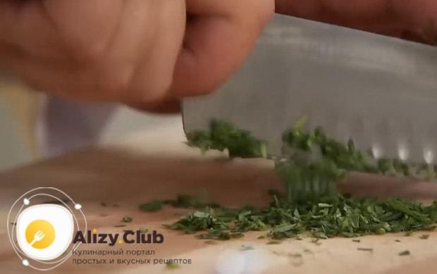 По рецепту для приготовления простого соуса для мяса, нарежьте зелень