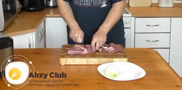 Для приготовления макарон по флотски с тушенкой в мультиварке, нарежьте мясо