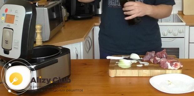 Для приготовления макарон по флотски с тушенкой в мультиварке нарежьте лук