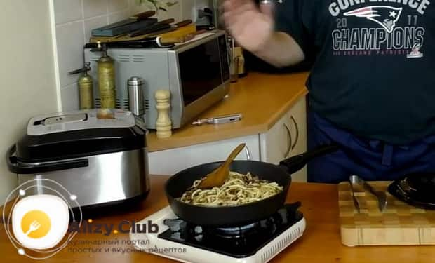 Для приготовления макарон по флотски с тушенкой в мультиварке перемешайте ингредиенты