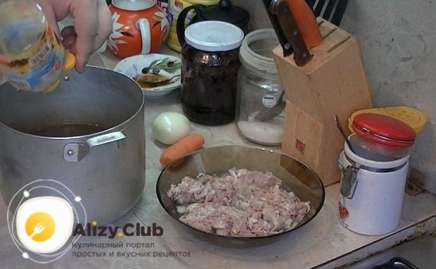 Для приготовления макарон по флотски с тушенкой, подготовьте ингредиенты