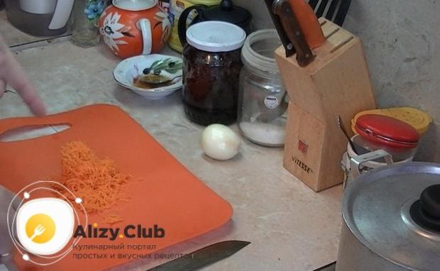 Для приготовления макарон по флотски с тушенкой натрите морковь