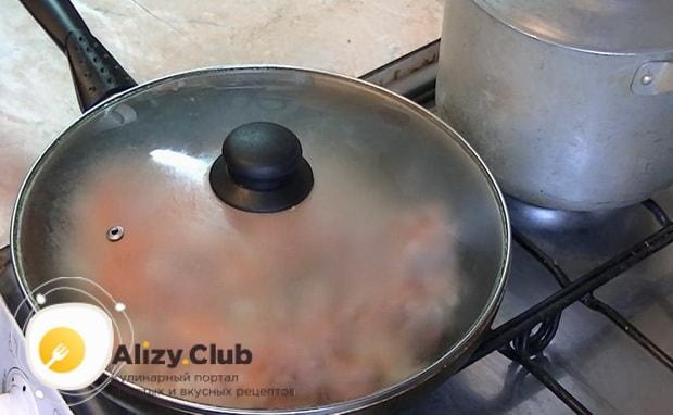 Для приготовления макарон по флотски с тушенкой накройте сковородку крышкой